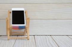 Smart telefon på trätabellbakgrund med kopieringsutrymme Royaltyfri Bild