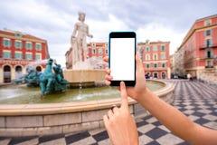 Smart telefon på trevlig stadsbakgrund Royaltyfri Foto
