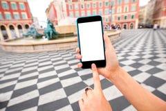 Smart telefon på trevlig stadsbakgrund Arkivbild