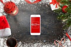 Smart telefon som omges med julpynt Plats för bästa sikt Arkivfoton