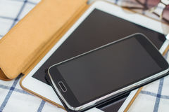 Smart telefoner, minnestavlor på tabellen Arkivfoto