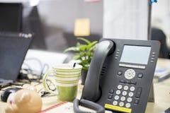 Smart - telefono in ufficio, nella cosa necessaria d'aiuto, nelle telefonate, nelle video chiamate e nella conferenza avere e cos immagine stock libera da diritti