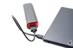 Smart telefonuppladdare för svart med banken för maktbankbatteri på vit bakgrund med den snabba banan Arkivfoto