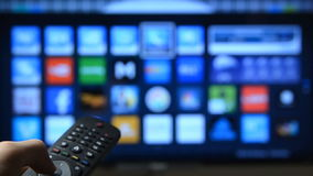 Smart trycka påfjärrkontroll för tv och för hand stock video