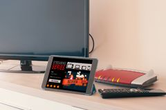 Smart TV collegato alla rete del modem di Internet immagine stock libera da diritti