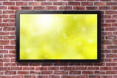Smart TV con la carta da parati verde intenso della primavera - muro di mattoni nel fondo immagine stock libera da diritti