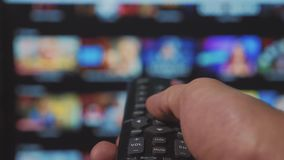 Smart TV Online-video str?mmande service med apps och handen Manlig fj?rrkontroll f?r handlivsstilinnehav kontrollv?nden av stock video