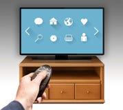 Smart tv UHD 4K som kontrolleras av fjärrkontroll Arkivbilder