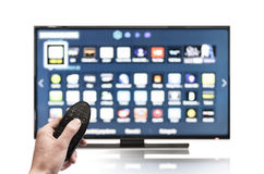 Smart tv UHD 4K som kontrolleras av fjärrkontroll Royaltyfri Bild