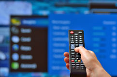 Smart TV y mano Foto de archivo libre de regalías