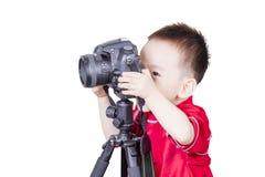Smart unge som spelar den isolerade kameran Arkivbilder
