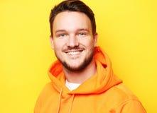 Smart ungt le mananseende mot gul bakgrund arkivfoto
