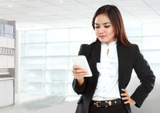 Smart young businesswoman using a smartphone Royalty Free Stock Images