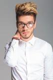 Smarta bärande ramar för ung man och trycka på hans hals Royaltyfri Bild