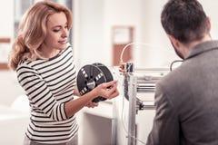 Smarta kollegor som använder skrivaren 3D på kontoret royaltyfria bilder