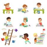 Smarta läseböcker för små ungar ställde in, gulliga förskole- barn som lär och studerar vektorillustrationer på en vit stock illustrationer