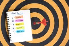Smarta mål som ställer in, och skriftliga akronymer för hand på anteckningsboken royaltyfri bild