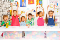 Smarta små ungar som lär bokstäver och att skriva arkivfoto