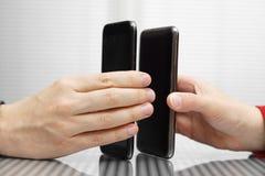 Smarta telefoner för mobil, medan överföra data Arkivfoto