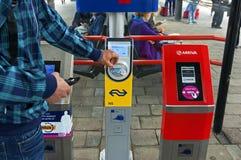 Smarta vagnsavläsare på den holländska järnvägsstationen Zutphen Royaltyfria Foton
