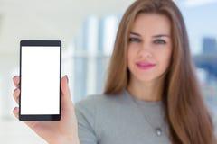 Smarthone van de vrouwenholding ter beschikking Royalty-vrije Stock Afbeeldingen