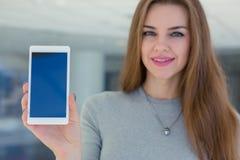 Smarthone van de vrouwenholding ter beschikking Royalty-vrije Stock Foto