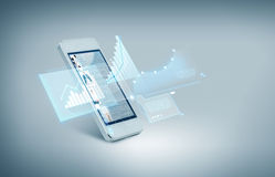 Smarthphone blanc avec des diagrammes sur l'écran photographie stock libre de droits