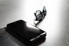 Smarthphone & occhiali da sole Fotografia Stock Libera da Diritti