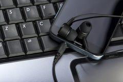 Smarthpone au-dessus de keybaord d'ordinateur portable Images libres de droits