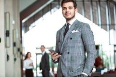 Smartly klädd affärsman som ler arkivbilder