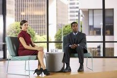 Smartly klädd man och kvinna på uppsättningen för en TVintervju Arkivfoton