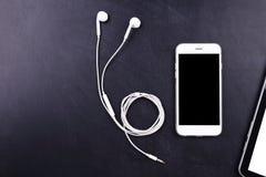 Smartphon пустого экрана с наушником Стоковые Изображения RF