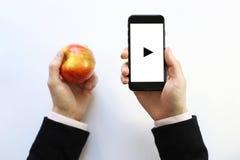 Smartphone à disposition Jouer Photos libres de droits