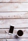 Smartphone, écouteurs et tasse de café Configuration plate Copiez l'espace Photographie stock