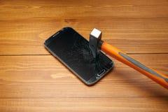 Smartphone a écrasé par le marteau Photos libres de droits