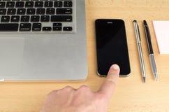 Smartphone émouvant de doigt Photo libre de droits
