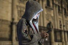 Smartphone émouvant de femme avec la cathédrale à l'arrière-plan dans W Image stock