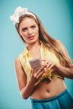 Smartphone émouvant de rétro fille Image libre de droits