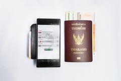 Smartphone übersetzen &Passport Reise nach Kambodscha stockbilder