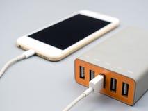 Smartphone ładuje z multiport USB władzy adaptor zdjęcie royalty free