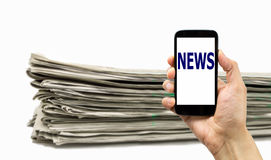 Smartphone ή εφημερίδα Στοκ φωτογραφίες με δικαίωμα ελεύθερης χρήσης