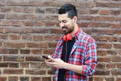smartphone ατόμων χρησιμοποιώντας τις νεολαίες Στοκ εικόνα με δικαίωμα ελεύθερης χρήσης