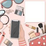 Χέρι με ένα smartphone και ζωηρόχρωμα στοιχεία των καλλυντικών των γυναικών στο ύφος του σκίτσου Διανυσματική απεικόνιση με το αν ελεύθερη απεικόνιση δικαιώματος