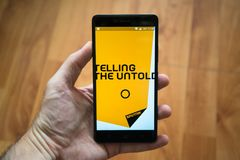 Smartphone εκμετάλλευσης ατόμων με τις ειδήσεις app σπούτνικ Στοκ φωτογραφία με δικαίωμα ελεύθερης χρήσης