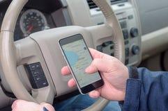 Smartphone εκμετάλλευσης ατόμων που κοιτάζει επάνω στις κατευθύνσεις στοκ φωτογραφία με δικαίωμα ελεύθερης χρήσης