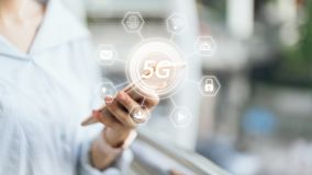 Smartphone εκμετάλλευσης γυναικών στο εικονίδιο οθόνης 5G Έννοια του μέλλοντος και της τάσης Διαδίκτυο στοκ εικόνα με δικαίωμα ελεύθερης χρήσης