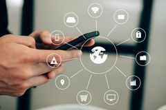 Smartphone εκμετάλλευσης επιχειρηματιών & χρησιμοποίηση app Texting μήνυμα ατόμων στοκ φωτογραφία
