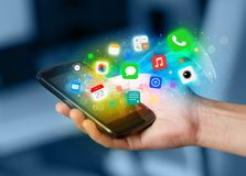 Smartphone εκμετάλλευσης χεριών με τα ζωηρόχρωμα app εικονίδια Στοκ φωτογραφία με δικαίωμα ελεύθερης χρήσης
