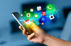 Smartphone εκμετάλλευσης χεριών με τα ζωηρόχρωμα app εικονίδια Στοκ εικόνες με δικαίωμα ελεύθερης χρήσης