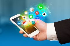 Smartphone εκμετάλλευσης χεριών με τα ζωηρόχρωμα app εικονίδια Στοκ φωτογραφίες με δικαίωμα ελεύθερης χρήσης